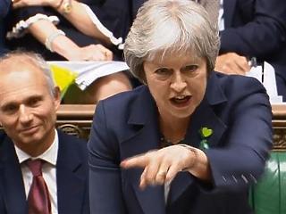 Szorosan, de bizalmat szavazott Theresa May kormányának a brit parlament