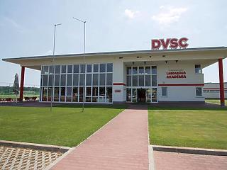 800 millióból fedik be a műfüves pályát Debrecenben