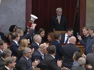 Nagy patália volt, de a Fidesz-többség megszavazta a rabszolgatörvényt