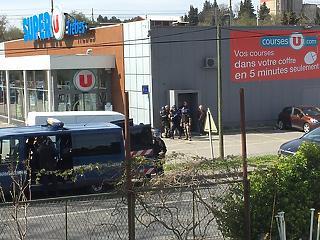 Túszokat ejtettek egy franciaországi szupermarketben