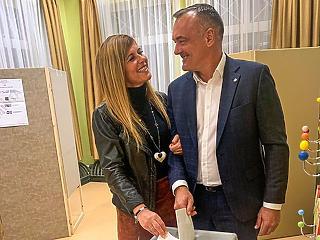 Estére előkerült Borkai is - a feleségével ment szavazni