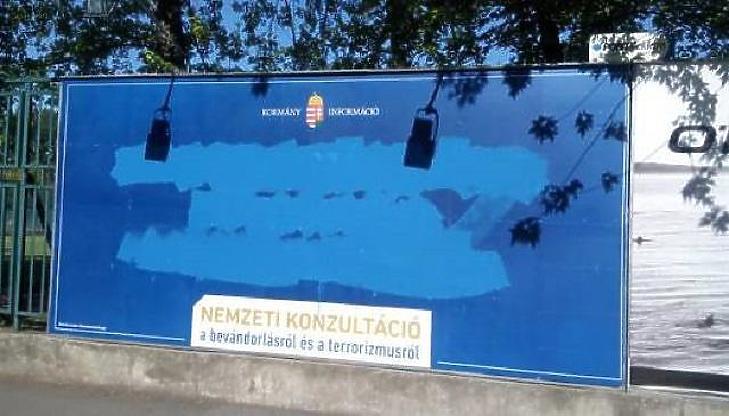 Balásy Gyulához kötődnek az elhíresült kékplakátos kampányok