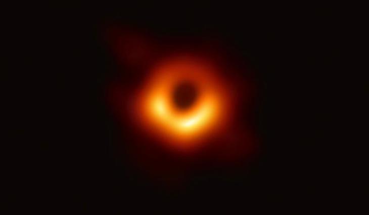 Az emberi történelem első fotója egy fekete lyukról. (Forrás: EHT)