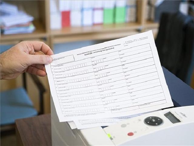 A 2014-es választás néhány ajánlóíve. (MTI Fotó: Koszticsák Szilárd)