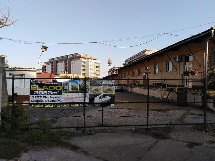 Háttérben a felépült lakópark, előtte a fejlesztésre váró, eladásra most meghirdetett rozsdaövezeti ingatlan (Fotó: Mester Nándor)