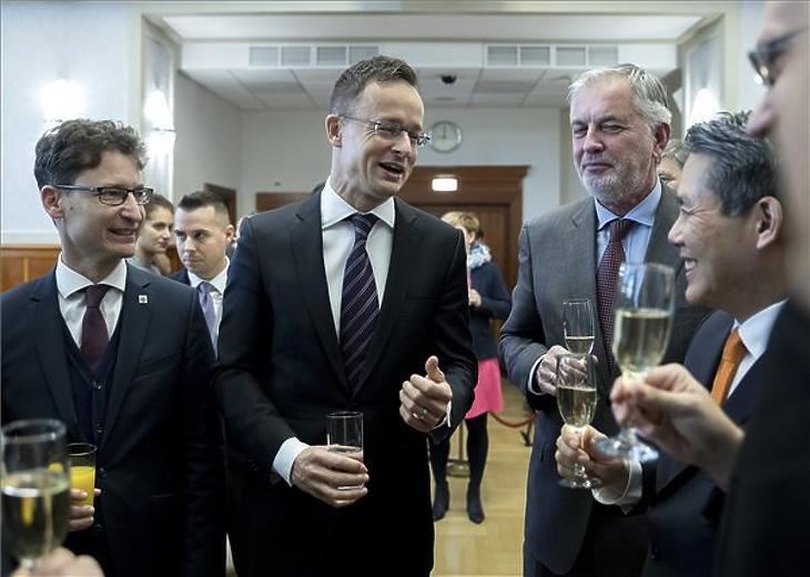 Cser-Palkovics András, Székesfehérvár polgármestere, Szijjártó Péter, Páva Zsolt, Pécs polgármestere és Min Szung, a Hanon Systems elnökhelyettese (b-j) 2018. november 29-én. (MTI/Mohai Balázs)