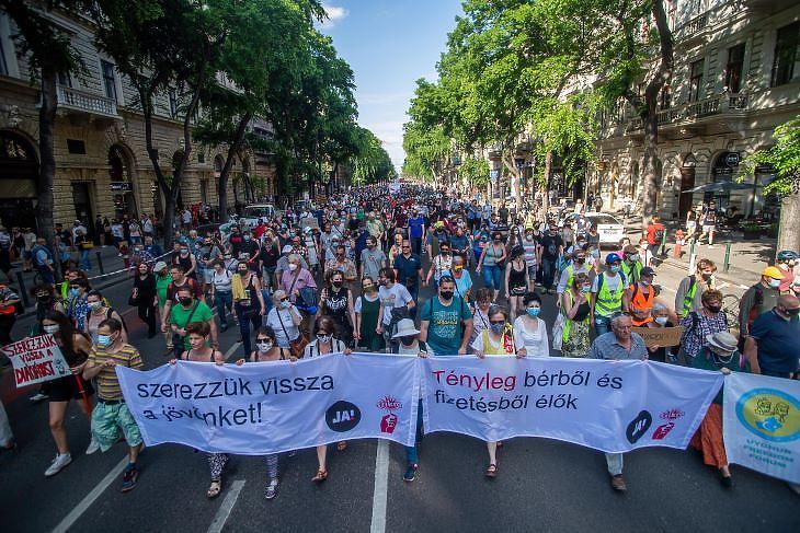 A Fudan Egyetem és a kormány ellen tüntetők az Andrássy úton, június 5-én.  (fotó: MTI)