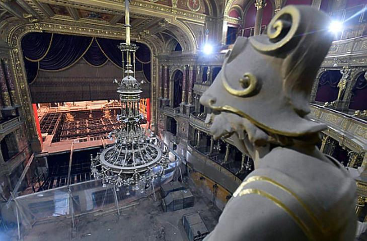 A színpadtechnikai gépészet épülő szerkezete és az elbontott nézőtér a felújítás alatt álló Magyar Állami Operaházban (Fotó: MTI/Máthé Zoltán)