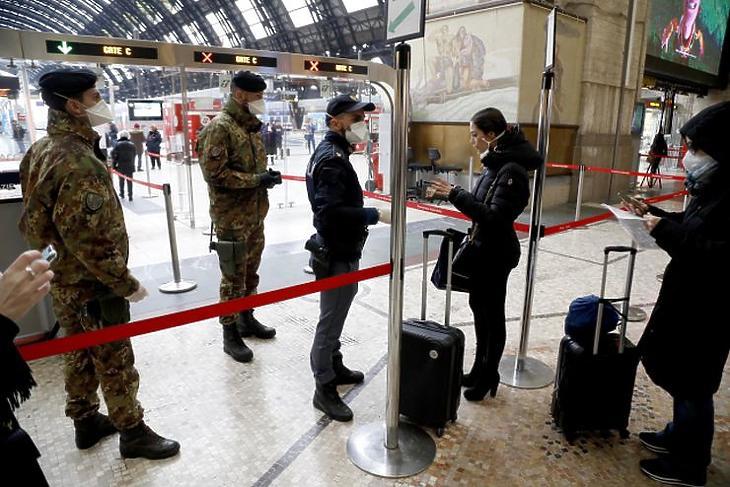 Rendőrök és katonák a Milánóból távozni kívánó utasokat ellenőrzik Lombardia tartomány székhelyének központi pályaudvarán. Fotó: MTI/EPA/ANSA/Mourad Balti Touati