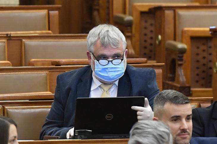 Gyüre Csaba, a Jobbik képviselője védőmaszkot és gumikesztyűt visel a koronavírus-járvány miatt az Országgyűlés plenáris ülésén 2020. március 30-án. MTI/Máthé Zoltán