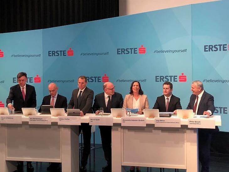 Az Erste Group AG vezetői a bécsi sajtótájékoztatón, középen az új vezérigazgató, Bernhard Spalt. Fotó: Mfor.hu