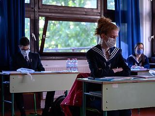 Szomszédainknál már kinyitottak az iskolák, Magyarországon marad a távoktatás