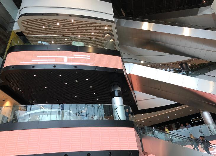 Modern, dinamikus formák a belső térben (fotó: Csabai Károly)