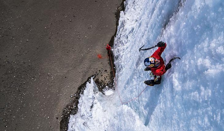 Will Gadd jégmászó a Kilimandzsáró egyik utolsó megmaradt jégtornyán. Illusztráció. (Forrás: Red Bull)