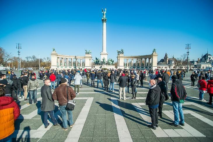 A vendéglátóhelyek, szálláshelyek nyitvatartásáért tartott demonstráció résztvevői a budapesti Hősök terén 2021. február 1-jén. MTI/Balogh Zoltán