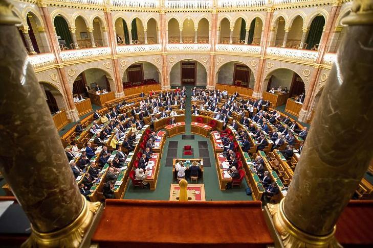 Képviselők szavaznak a 2020. évi költségvetés módosítását célzó javaslatról az Országgyűlés plenáris ülésén július 8-án. (Fotó: MTI/Balogh Zoltán)