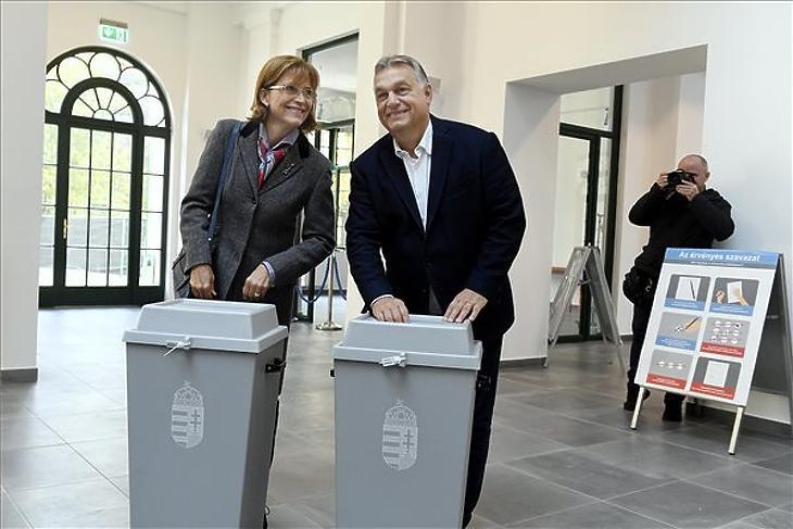 Orbán Viktor miniszterelnök és felesége, Lévai Anikó szavaz az önkormányzati választáson a Zugligeti Általános Iskolában, a XII. kerületi 53-as számú szavazókörben 2019. október 13-án. (MTI/Koszticsák Szilárd)