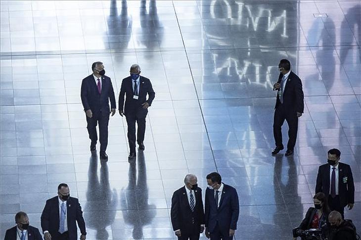 Orbán Viktor miniszterelnök (b, hátul) és Antonio Costa portugál miniszterelnök (j, hátul) a NATO-tagországok állam-, illetve kormányfőinek találkozóján Brüsszelben 2021. június 14-én. Elöl, középen Joe Biden amerikai elnök. (Fotó: MTI/Miniszterelnöki Sajtóiroda/Fischer Zoltán)