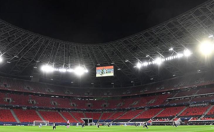 Játékosok térdelnek a labdarúgó Bajnokok Ligája nyolcaddöntő visszavágóján játszott a Manchester City-Borussia Mönchengladbach mérkőzés előtt Budapesten, a Puskás Arénában 2021. március 16-án. (Fotó: MTI/Illyés Tibor)
