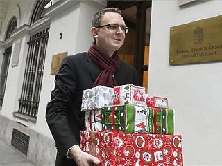 52 ezret költ karácsonyi ajándékra a magyar, kivéve, ha fiatal, mert akkor 27 ezret