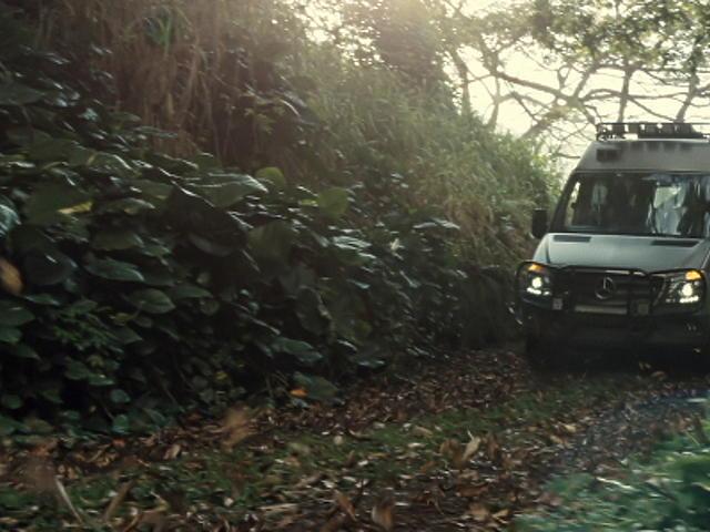 Így nyomul a Mercedes a Jurassic World-ben