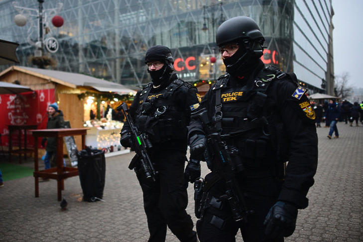 A Terrorelhárítási Központ (TEK) munkatársai Budapesten, a Vörösmarty téren 2016. december 20-án. (Fotó: MTI/Marjai János)