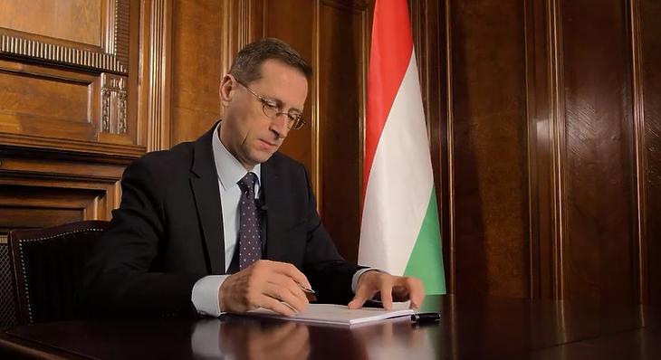Varga Mihály aláírja a Budapest-Belgrád vasútvonalra szóló hitelszerződést (Fotó: YouTube)