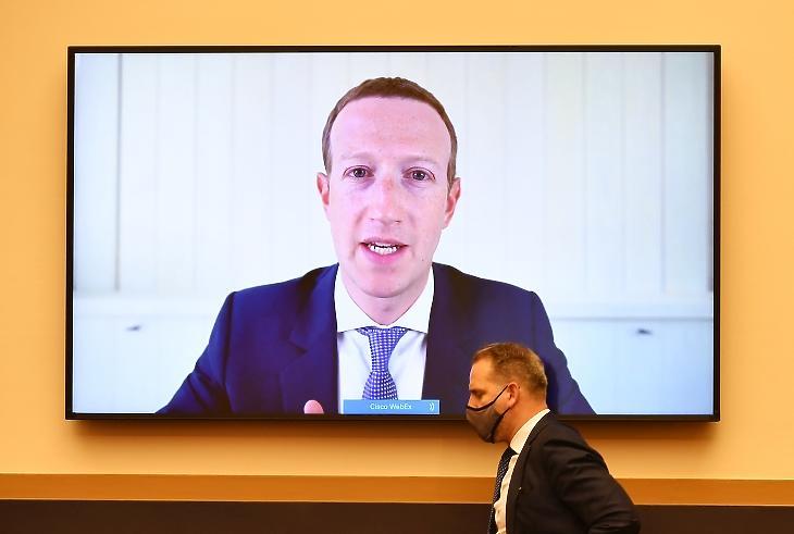 Mark Zuckerberg Facebook-vezér a képviselőház igazságügyi bizottsága előtti távmeghallgatáson 2020. július 20-án. Fotó: EPA/MANDEL NGAN