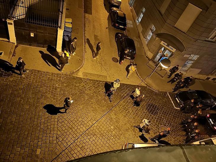 Erdogan látogatása: A Kapucinus utca és Jégverem utca sarkán várakoznak a járókelők