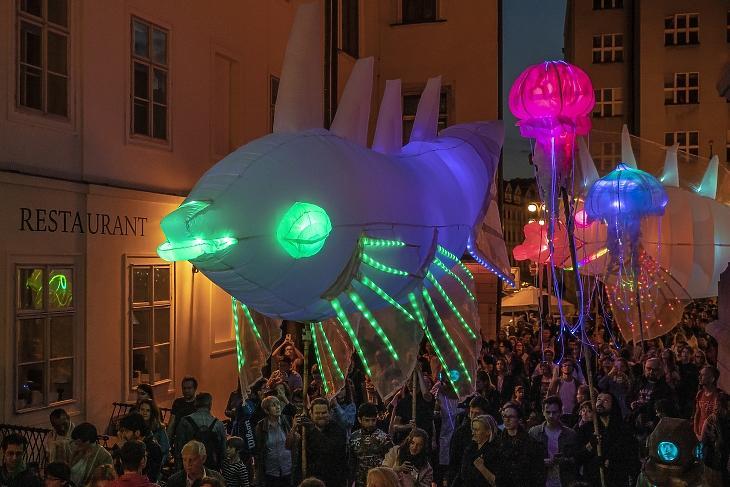 Egy utcai fesztivál résztvevői Prágában 2020. július 12-én. Fotó: MTI/EPA/Martin Divisek