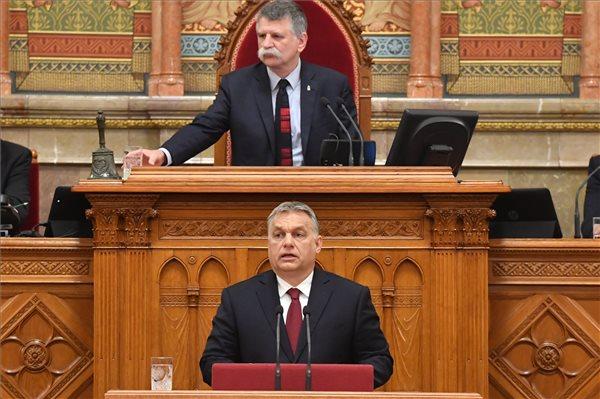 Orbán Viktor beszédet mond az Országgyűlés plenáris ülésén 2018. május 18-án. Mögötte Kövér László házelnök. (MTI / Máthé Zoltán)