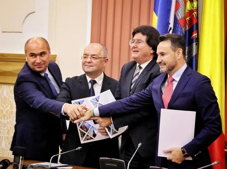 A polgármesterek a dokumentum aláírása után. (Forrás: transindex.ro)