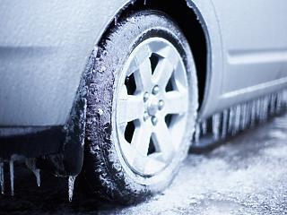 Büntethető, ha télen is nyári gumi van az autón?