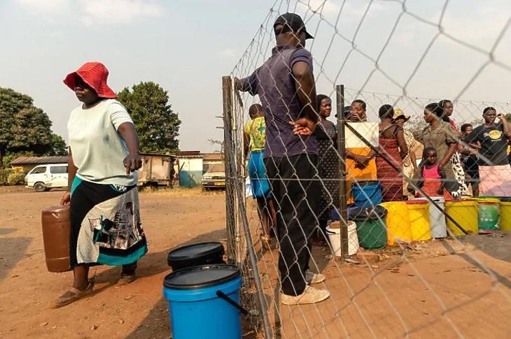 Zimbabweiek állnak sorban egy közkútnál Hararében 2019. szeptember 24-én, miután a városvezetés elzárta a vezetékes vizet. (Fotó: AFP/Getty)
