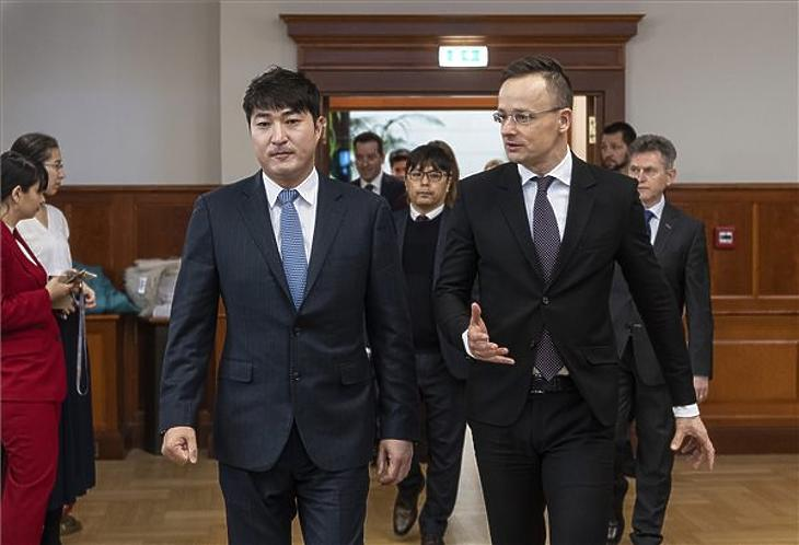 Szijjártó Péter és Dominic Lee, a Soulbrain pénzügyi igazgatója a dél-koreai cég beruházásbejelentő sajtótájékoztatóján a Külgazdasági és Külügyminisztériumban 2020. február 12-én. MTI/Szigetváry Zsolt