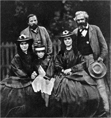 Engels (b) és Marx (j), utóbbi három lányával, sorban balról Laurával, Eleanorral és Jennyvel 1864-ben. (Topfoto)