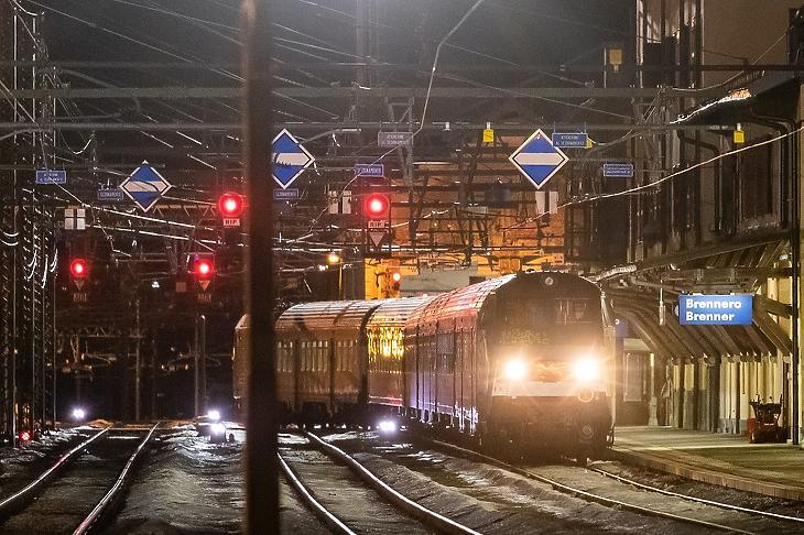 A Velencéből induló, Münchenbe tartó nemzetközi járat a dél-tiroli Brenner pályaudvaron 2020. február 23-án. (MTI/EPA/EXPA/Johann Groder)