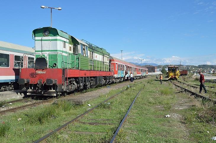 Mozdony Vlorë pályaudvarán. (Forrás: Wikipédia)