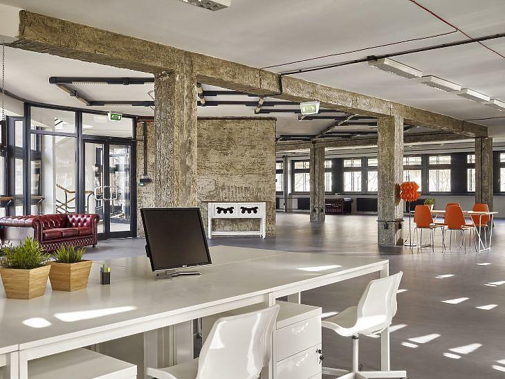 Általában mindig látszanak a tartószerkezetek az ipari épületekben kialakított irodáknál (forrás: BIF)