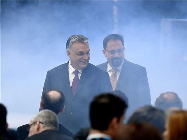Orbán Viktor miniszterelnök a Thyssenkrupp német autóipari alkatrész- és alapanyag-beszállító cég jászfényszarui gyárának avatásán. (MTI Fotó - Koszticsák Szilárd)