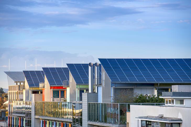 Napelemes tetők Freiburg városában (fotó: MTI)