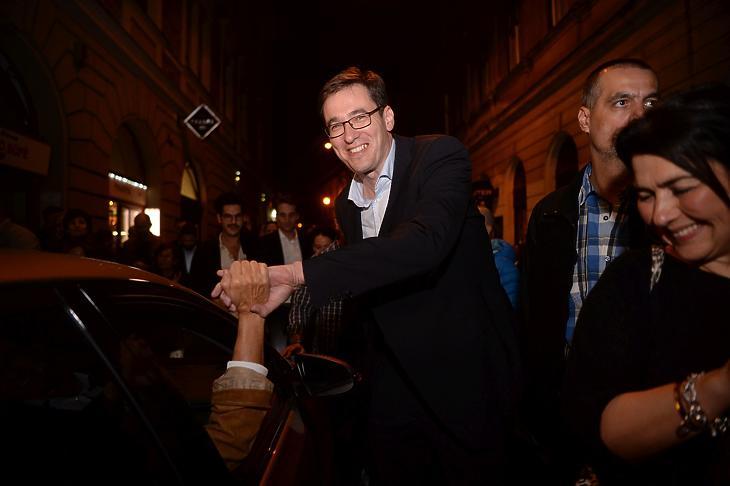 Karácsony Gergely megválasztott főpolgármesternek gratulálnak a Kazinczy utcában, útban a fővárosi eredményváró rendezvényére. MTI/Balogh Zoltán