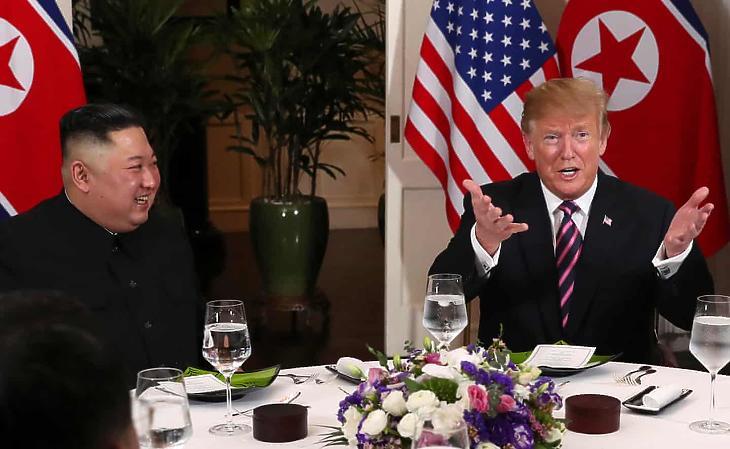 Kim Dzsong Un és Donald Trump Hanoiban. (Fotó: Reuters)