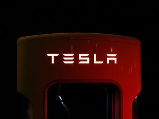 Futurisztikus autót mutat be a Tesla