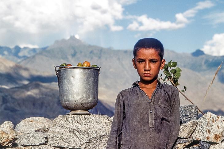Egy dolgozó kisfiú portréja az Afganisztánnal szomszédos Pakisztánban, Gilgit városában.  (Depositphotos/Hackman)