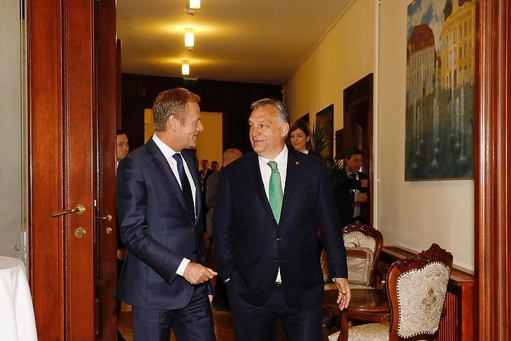 Donald Tusk, az Európai Tanács akkori elnöke és Orbán Viktor kormányfő egy informális EU-csúcson Nagyszebenben 2019. május 9-én. (Forrás: Európai Tanács)