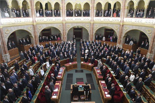 A képviselők a Himnuszt éneklik az Országgyűlés alakuló ülésének kezdetén 2018. május 8-án. (MTI / Kovács Tamás)