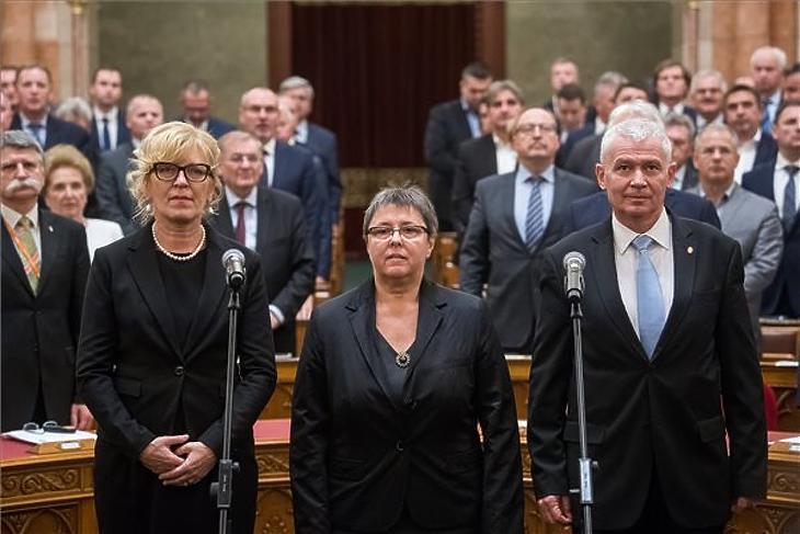 Handó Tünde, Szalayné Sándor Erzsébet és Polt Péter esküt tesz az Országgyűlés plenáris ülésén 2019. november 4-én. (MTI/Balogh Zoltán)