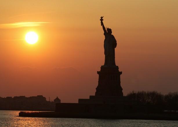 A New York-i Szabadság-szobor egy nyári naplementében.
