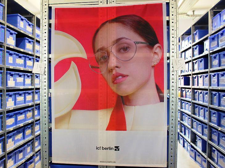 Plakát a berlini központban. (Privátbankár.hu/Mfor.hu/Wéber Balázs)